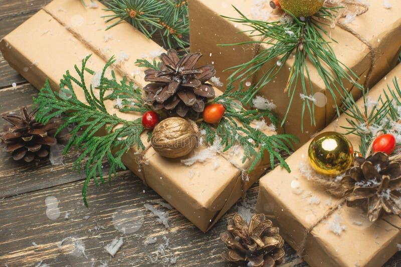 豪华新年礼物,在圣诞节t下的不同的当前箱子 库存照片