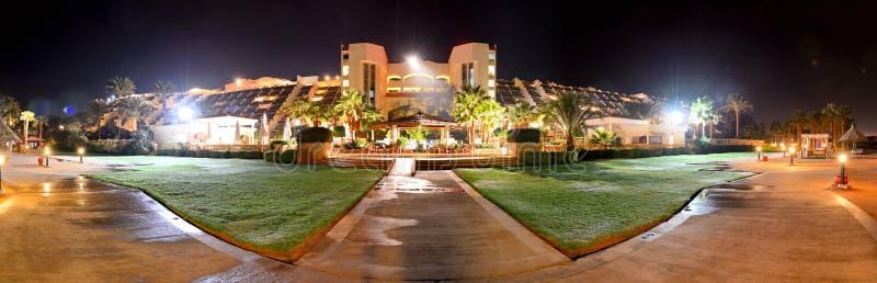 豪华旅馆全景夜照明的 库存照片