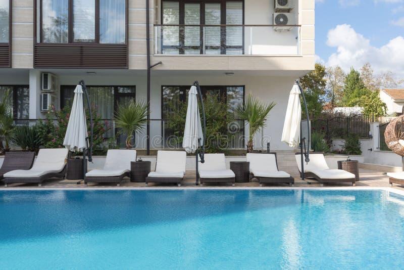 ?? 豪华旅馆的游泳场有伞和椅子的 旅馆手段在保加利亚,旅行的普里莫尔斯克 图库摄影