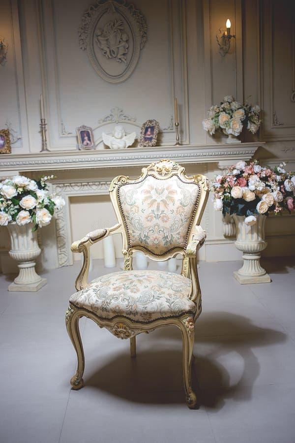 豪华时髦的明亮的轻的内部室 在中间 库存图片