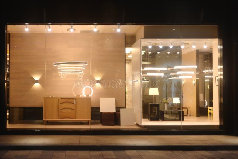 豪华枝形吊灯照明设备家具商店窗口 免版税库存图片