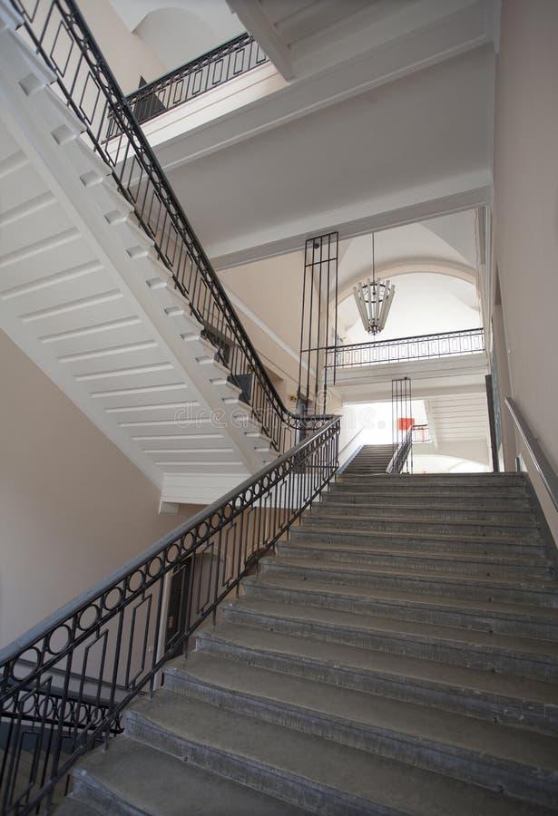 豪华楼梯的内部在老行政大厦里面的在老欧洲城市的工业区 库存图片