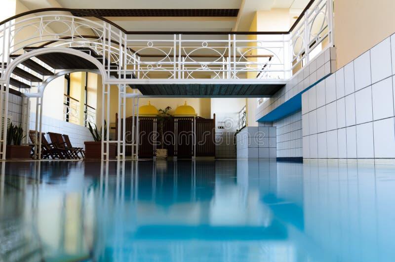 豪华欧洲室内温泉游泳池 免版税图库摄影