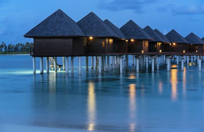 豪华水别墅日落在马尔代夫 免版税库存照片