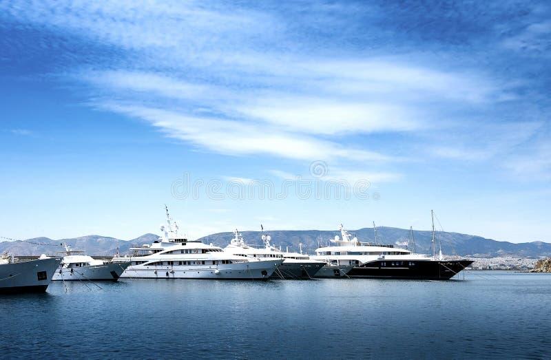 豪华汽艇和游艇在船坞 小游艇船坞Zeas,比雷埃夫斯, Gr 免版税库存图片