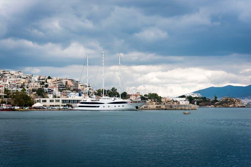 豪华汽艇和游艇在船坞 小游艇船坞Zeas,比雷埃夫斯, Gr 免版税库存照片