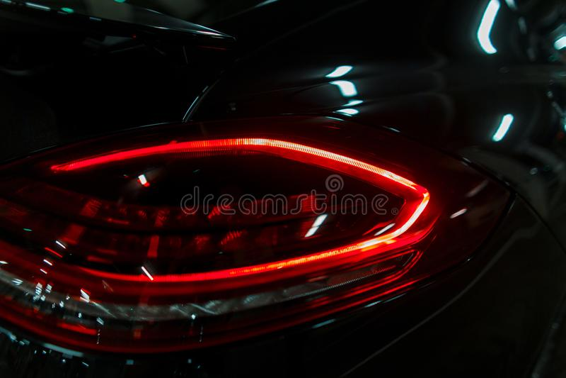 豪华汽车的现代刹车灯点燃红色 导致 免版税库存照片