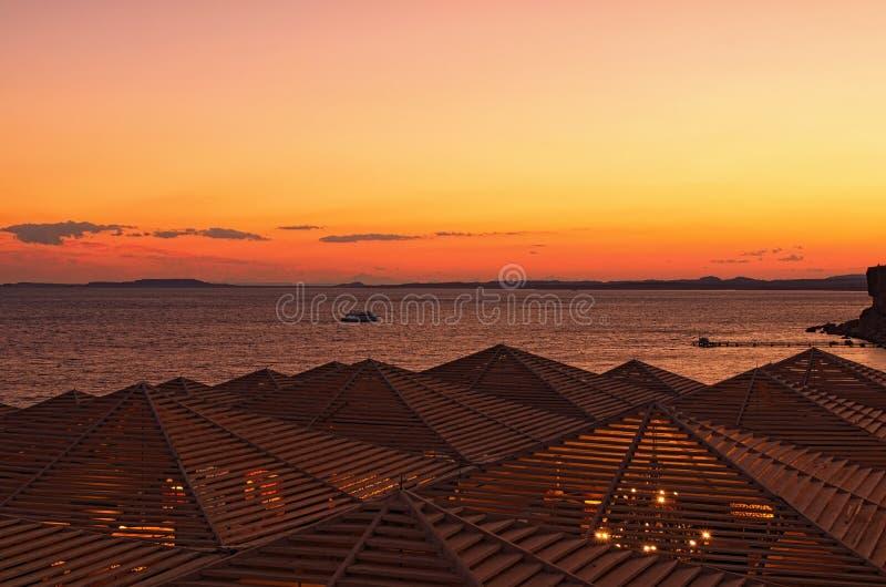 豪华海滩美丽的日落风景照片在红海 从屋顶的视图 埃及el sharm回教族长 暑假概念 图库摄影