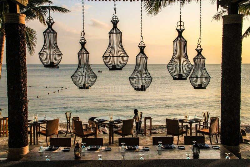 豪华海边餐馆在晚上 免版税库存图片