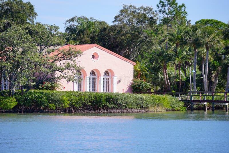 a别墅海滨别墅全景有别墅船坞的小船修建协议图片
