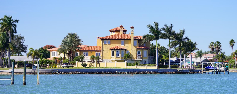 豪华海滨别墅全景有小船船坞的 库存图片