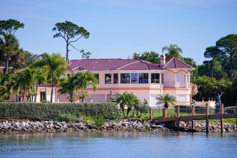 a别墅海滨别墅全景有船别墅的176号船坞图片