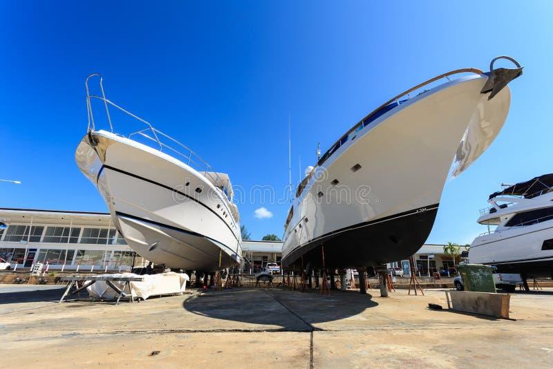 豪华游艇为每年服务和修理靠岸了 免版税库存照片