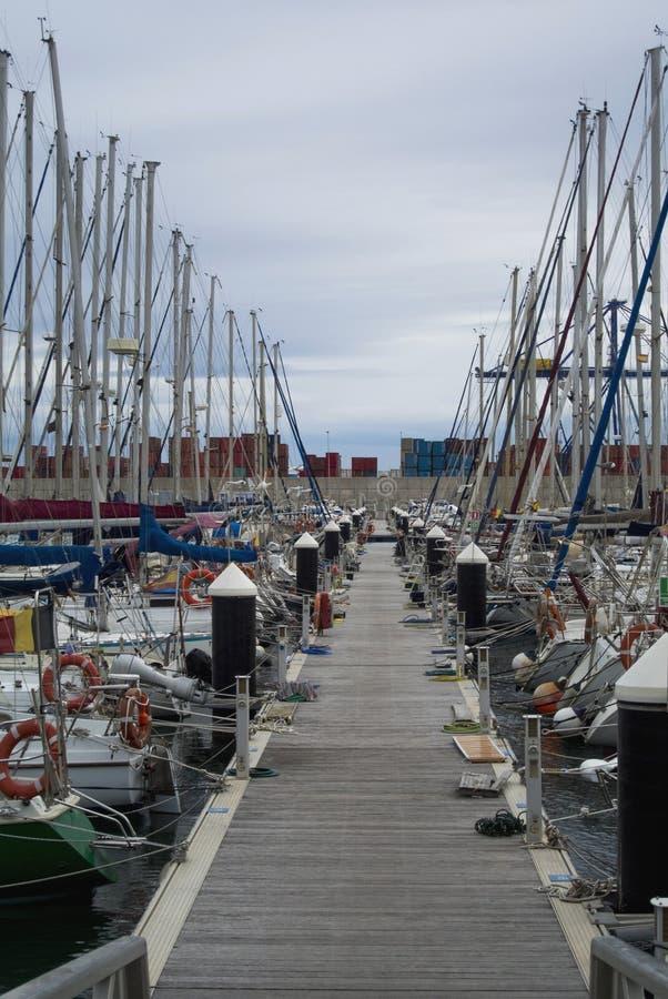 豪华游艇和小船在巴伦西亚口岸在地中海 反射在水中 白色游艇在西班牙人 库存照片