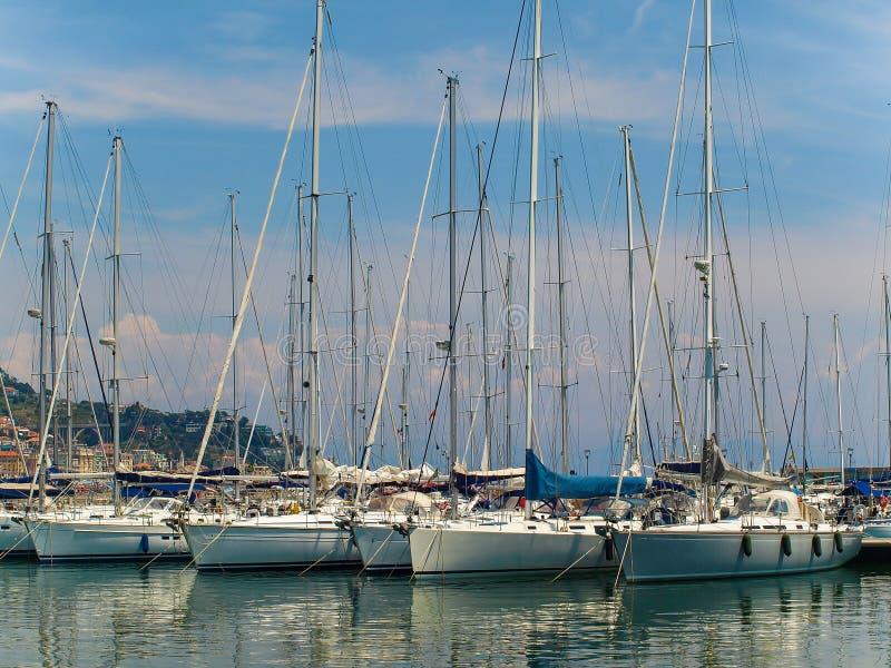 豪华游艇在瓦拉泽,意大利小游艇船坞  免版税库存图片