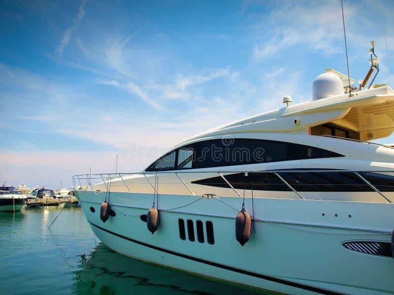 豪华游艇在瓦拉泽,意大利小游艇船坞  库存照片