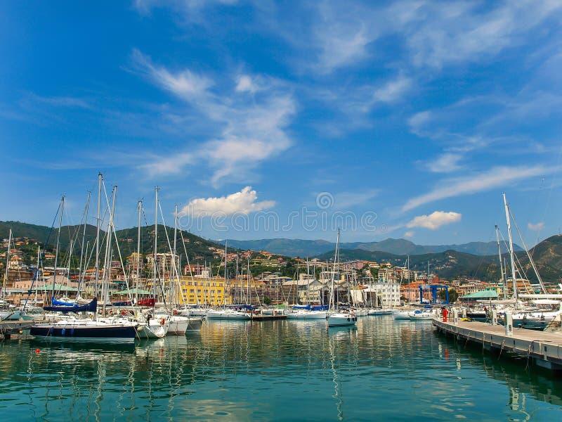 豪华游艇在瓦拉泽,意大利小游艇船坞  库存图片