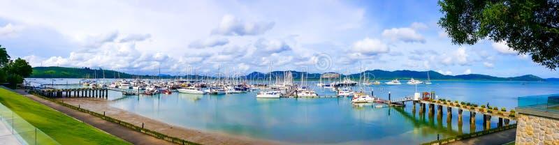豪华游艇小游艇船坞、港口游艇在海或海洋全景视图自包括许多游艇的白天 库存照片