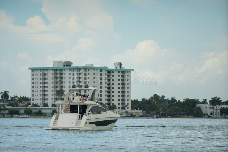 豪华游艇的照片在有大厦的迈阿密在背景中 库存照片