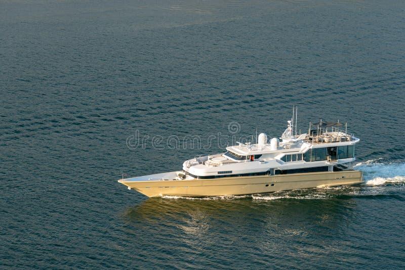豪华游艇的看法在航海的 库存照片