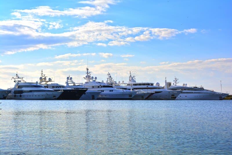 豪华游艇行在小游艇船坞船坞的 免版税库存照片