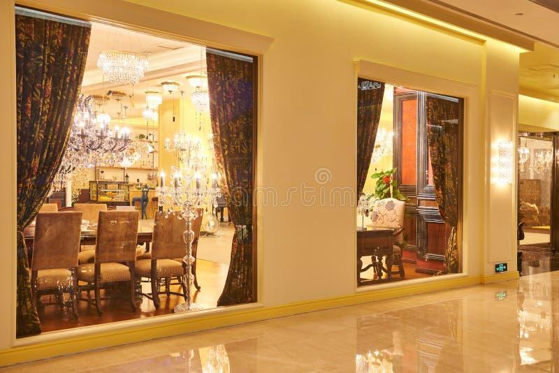 豪华照明设备家具商店窗口 免版税库存照片