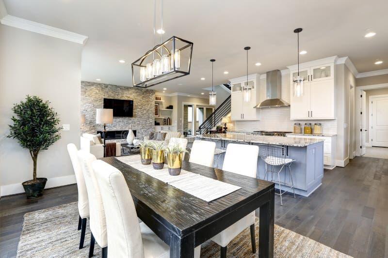 豪华现代当代家庭内部的美丽的厨房与海岛和椅子 免版税图库摄影
