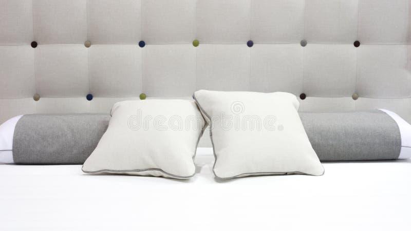 豪华现代样式卧室灰色和白色口气,旅馆卧室的内部 免版税库存图片