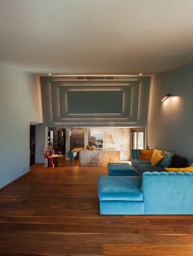 豪华现代别墅的内部,客厅 免版税库存照片