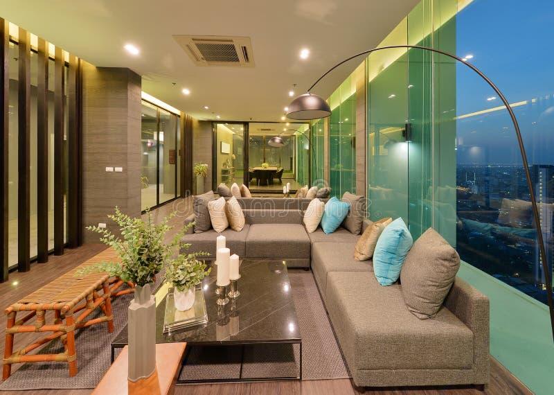 豪华现代客厅内部和装饰在晚上, inte 免版税图库摄影