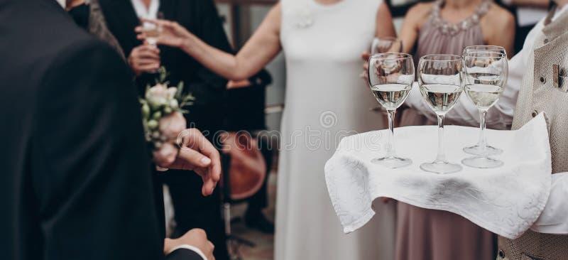 豪华生活概念 玻璃用香槟和酒在盘子在 免版税库存图片
