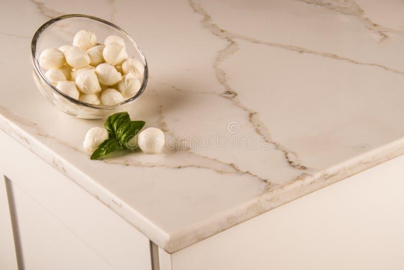 豪华白色厨房大理石工作台面 大理石逆概念 白色卡拉拉柜台 库存图片