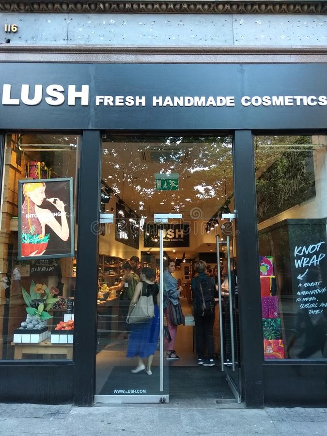 豪华的新鲜的手工制造化妆用品商店 免版税库存图片