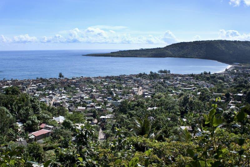 豪华的植被的热带城市在海岸 免版税库存照片