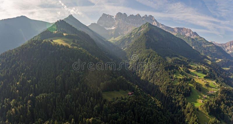 豪华的高山河谷和山峰 免版税库存图片