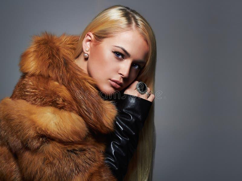 豪华皮大衣的冬天妇女 秀丽时装模特儿女孩 库存图片