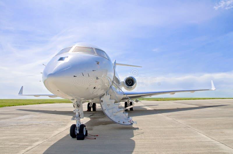 豪华私人喷气式飞机飞机-侧视图-全球性的投炸弹者 免版税库存照片