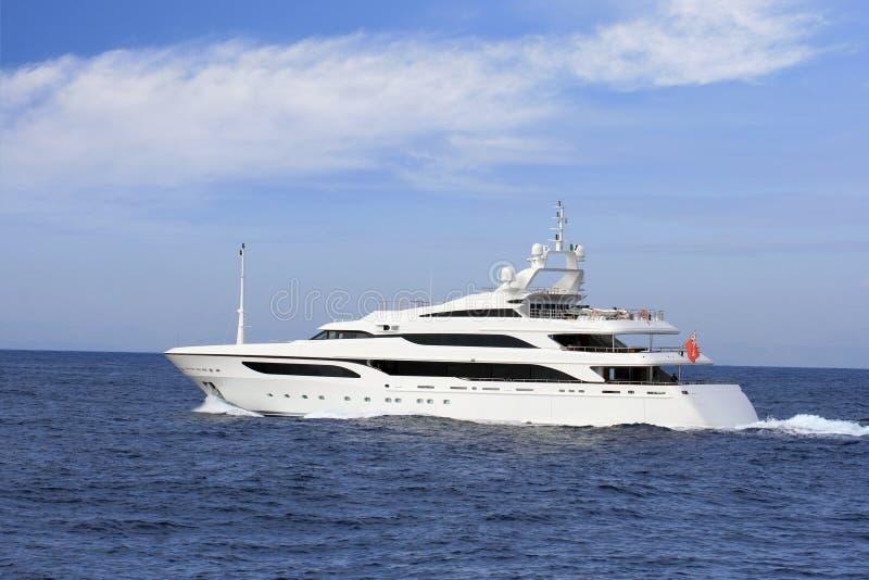 豪华私有游艇航行在地中海 库存照片