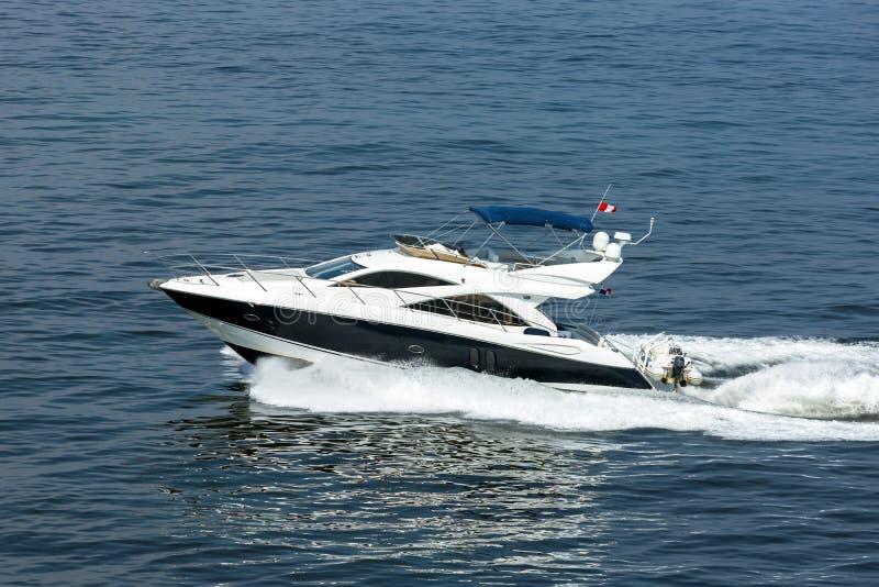 豪华私有马达游艇进行中在海 图库摄影