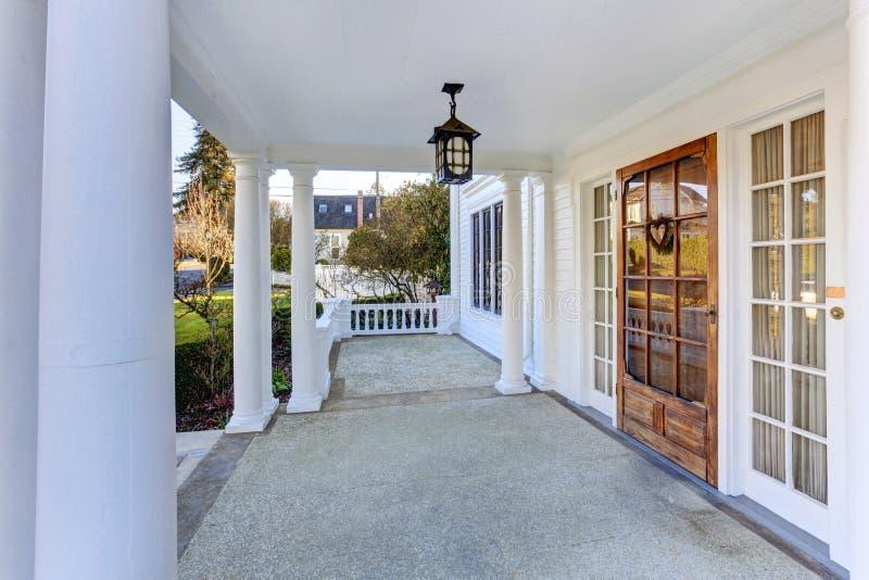 豪华美国房子入口门廊 免版税库存图片