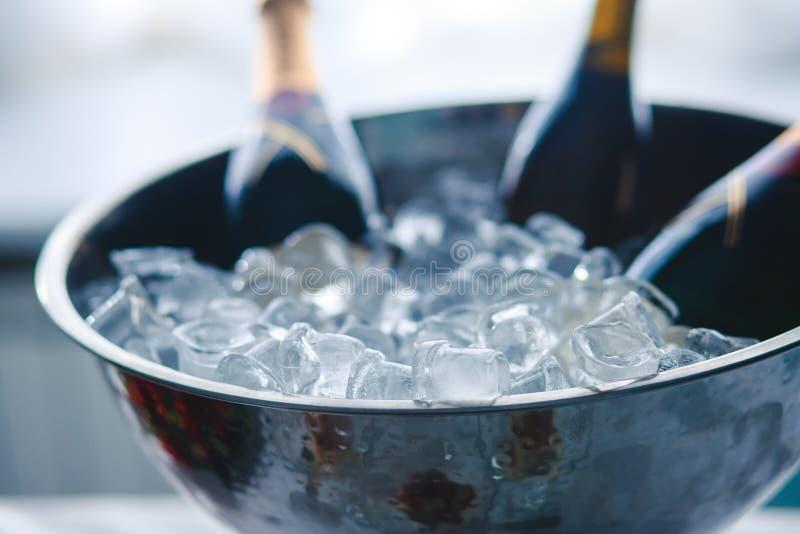 豪华美妙地装饰了承办酒席宴会桌用用黑和红色鱼子酱和不同的食物快餐 免版税图库摄影