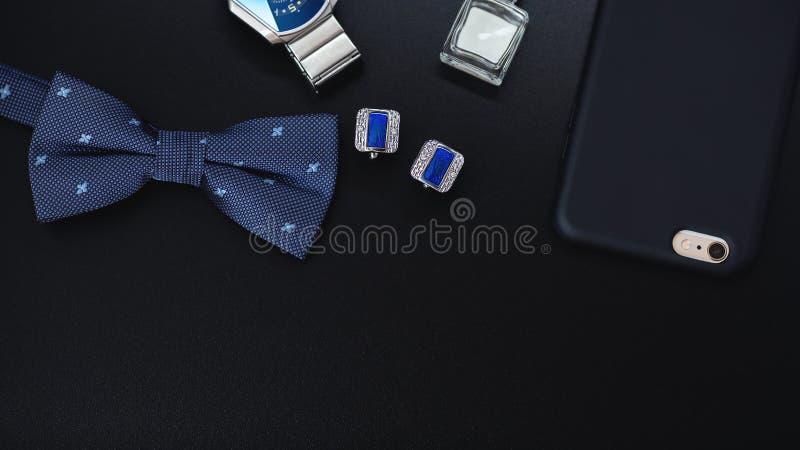 豪华蓝色时尚人的链扣 无尾礼服、蝴蝶、领带、手帕、样式手表和智能手机的辅助部件 免版税库存图片