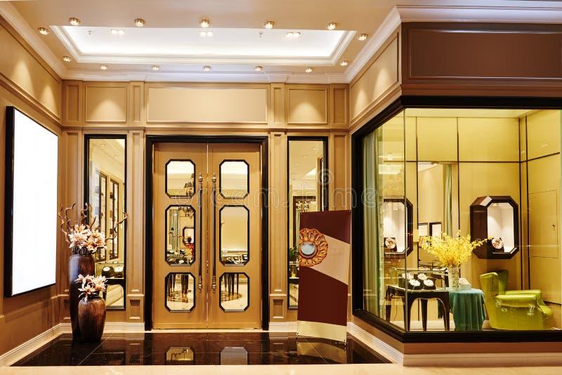 豪华被带领的照明设备商店窗口 免版税库存图片