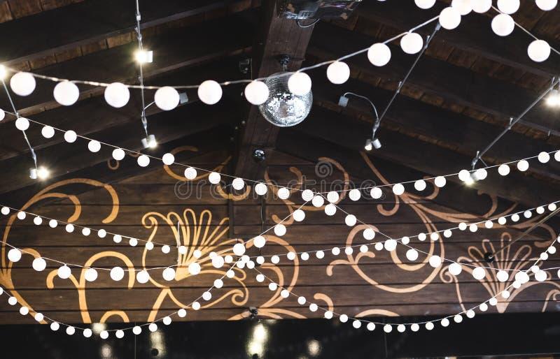 豪华装饰了结婚宴会的,承办酒席地方天花板我 免版税库存照片