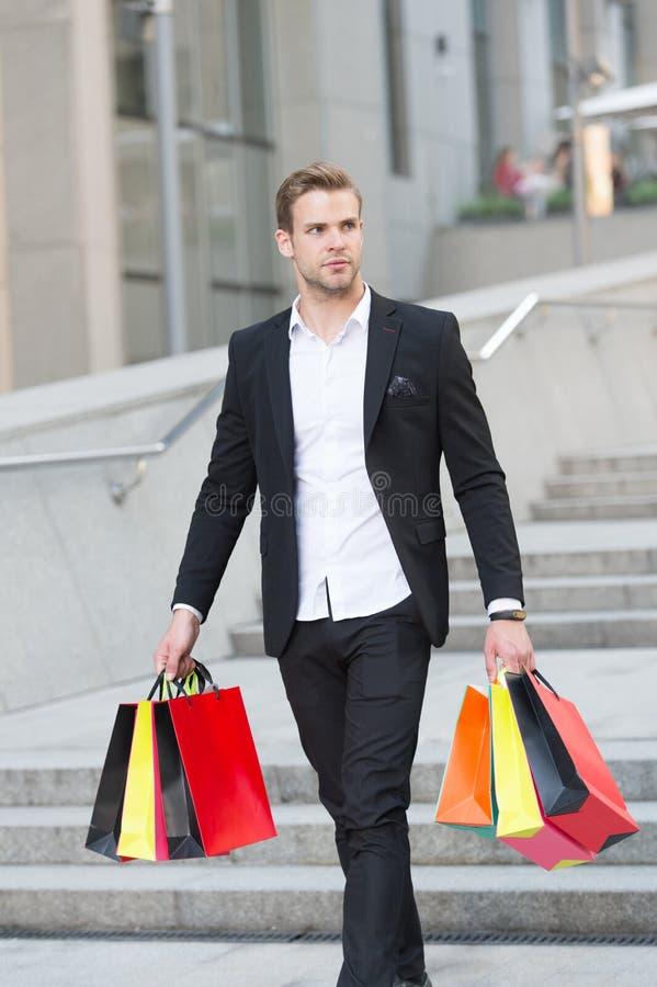 豪华购物 精品店画廊客户 人顾客运载购物袋都市背景 成功的生意人 免版税库存照片