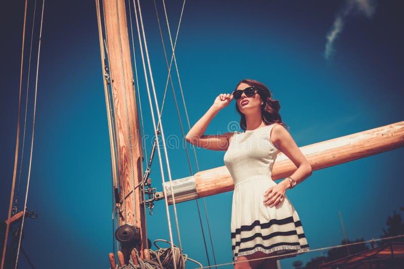 豪华赛船会的时髦的妇女 图库摄影