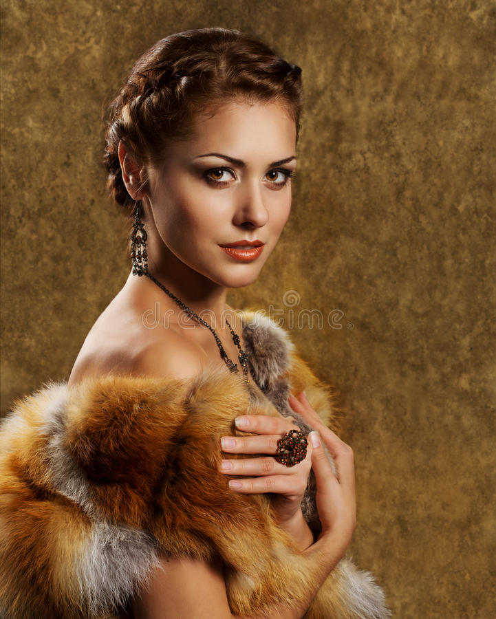 豪华金黄狐狸皮大衣的,减速火箭的样式妇女 免版税库存照片