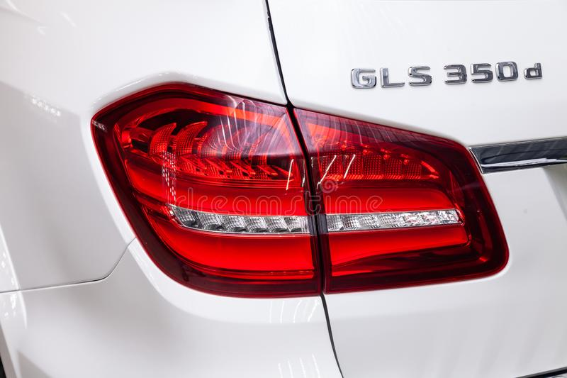 豪华非常昂贵的新的白色奔驰车GLS 350d汽车立场后方尾灯视图在洗涤的箱子等待的修理的  库存图片