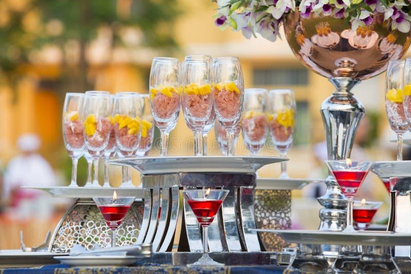 豪华食物和饮料在婚礼桌上 免版税库存照片