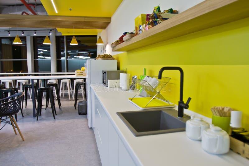 豪华餐厅、小办公室和现代白色厨房 内部装饰业 免版税库存图片
